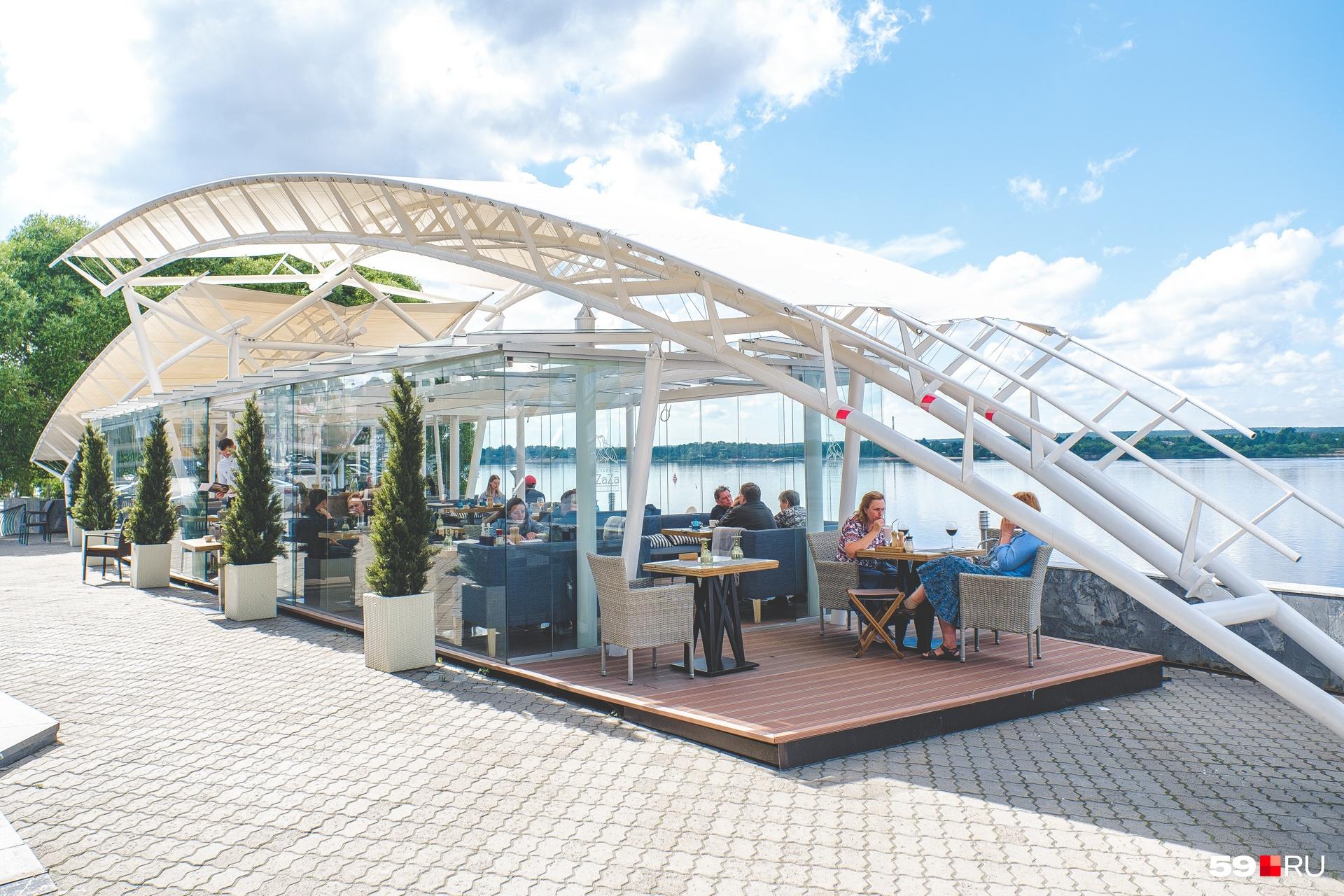 Летник ресторанов «Чайка Zaza» и «Портофино» расположен на берегу Камы — в районе Перми I