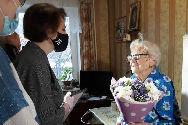 Поздравить долгожительницу пришла глава районной администрации Екатерина Мусинова