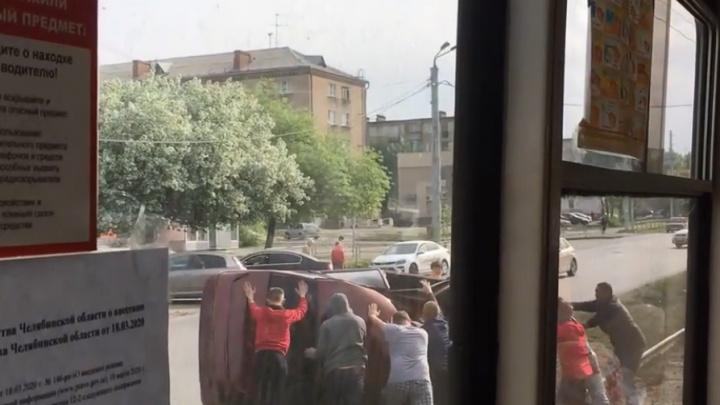 ВАЗ вылетел на трамвайные пути в Челябинске и перевернулся на крышу