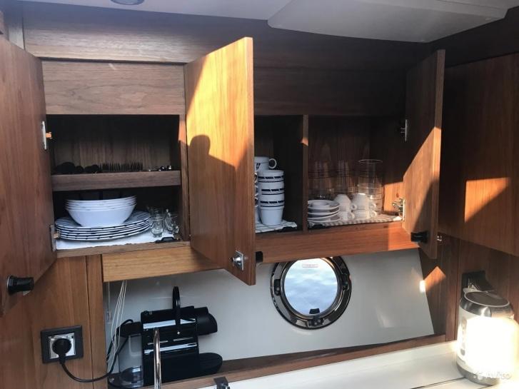 На яхте есть посуда для вечеринок