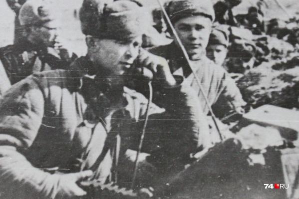 Этот снимок в створе окопа сделан в конце войны — в марте-апреле 1945 года, в районе Кёнигсберга. Город брали с большими боями. Геннадий Комиссаров — на переднем плане справа