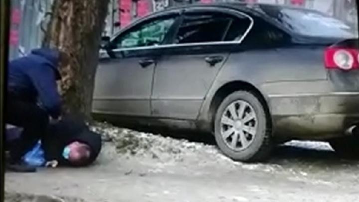 В Екатеринбурге водитель сбил врача-эпидемиолога, отвез его в больницу и сбежал