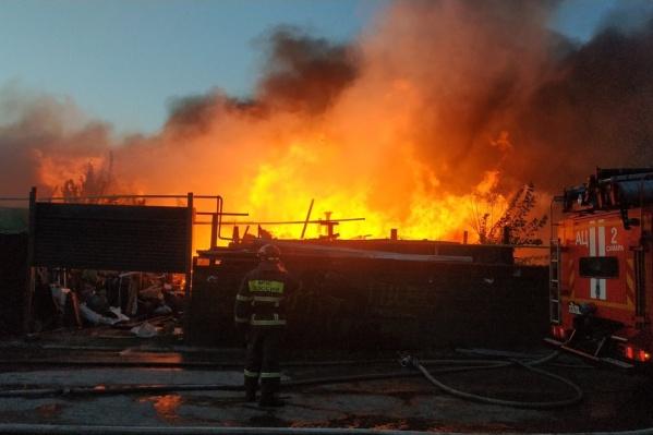 Пожар начался рано утром