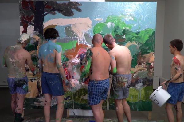 Пятеро молодых художников стали «живыми кистями»