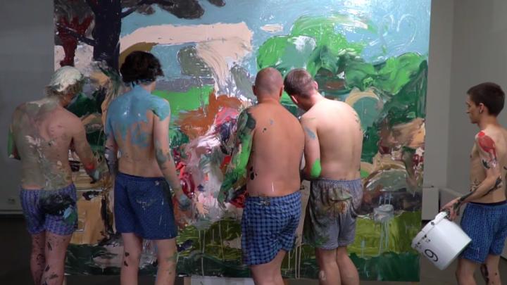 Группа красноярских художников нарисовала картину своими телами. Необычное видео