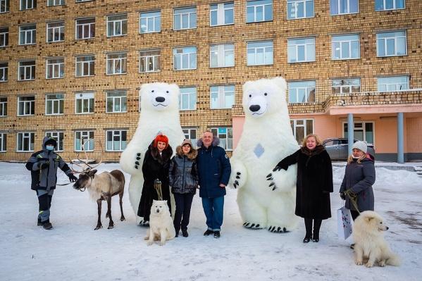 К сотрудникам БСМП приехали гигантские «белые медведи», самоеды и северный олень