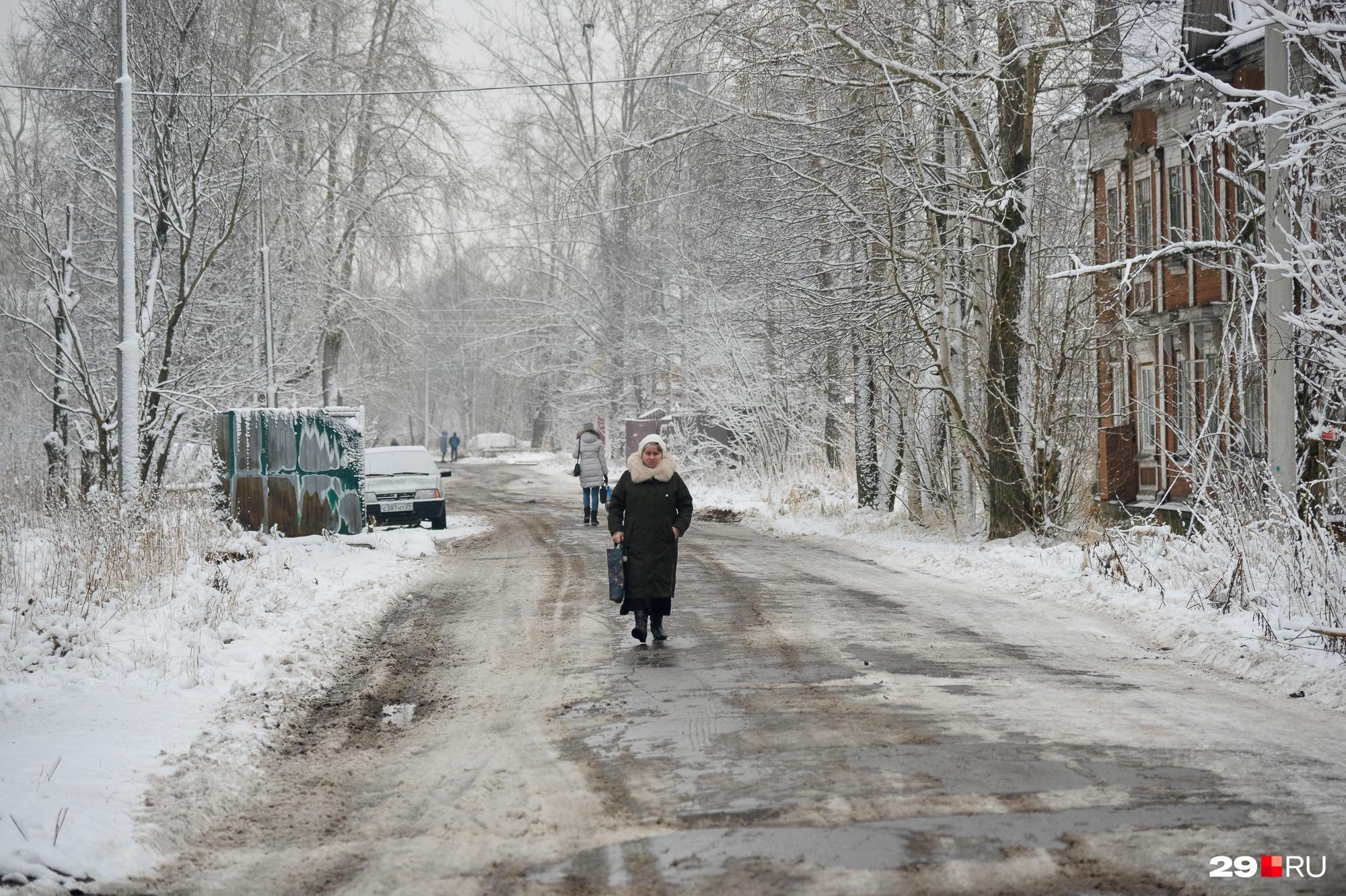 За отсутствием тротуаров как таковых в районе, где деревяшки, люди просто ходят по дороге