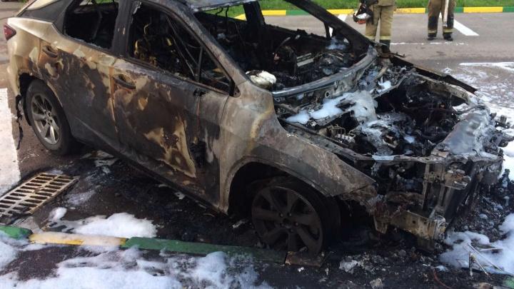 Видео дня. В Кузнечихе подожгли Lexus, машина выгорела полностью