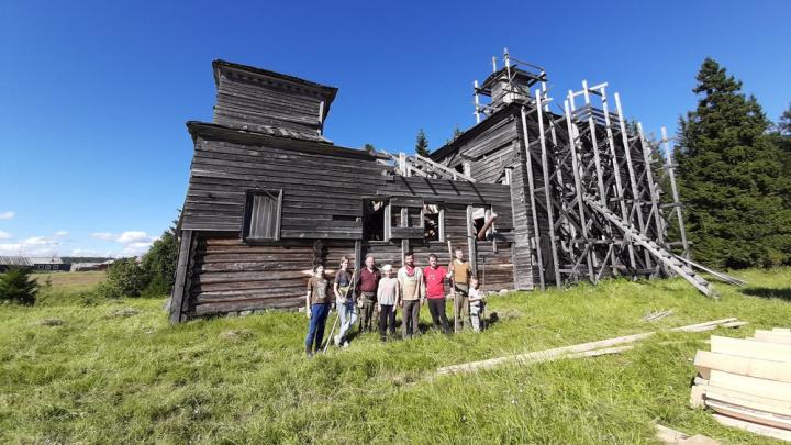 В Онежском районе волонтёры ремонтируют деревянную церковь XIX века