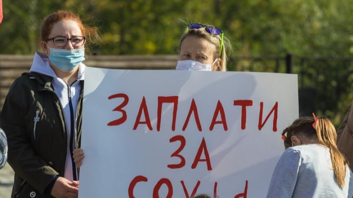 Минздрав ответил на претензии южноуральских медиков, вышедших на пикет из-за очередей на КТ и выплат