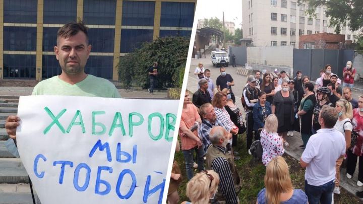 Коротко о главном: в Екатеринбурге жестко задержали мужчину, который вышел на пикет в поддержку Хабаровска