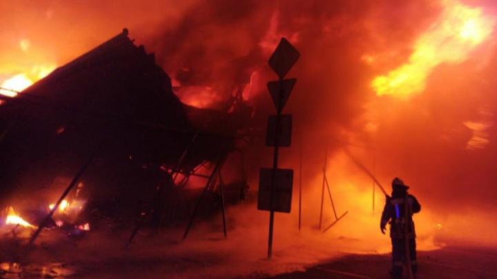 Тушили семь часов: в Аксайском районе загорелся рынок «Атлант»