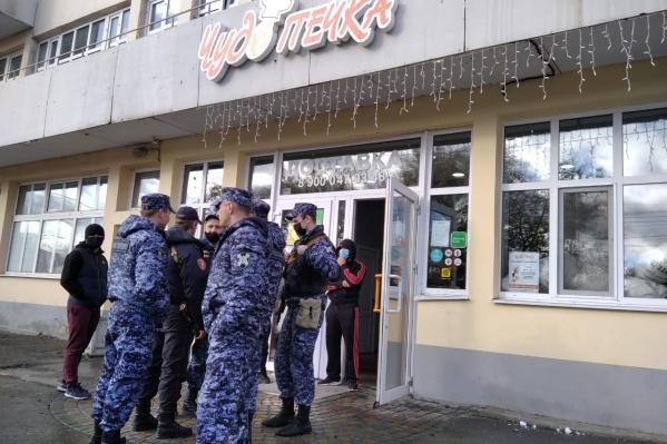 К пекарне вызвали полицию