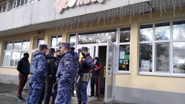 Приехала полиция с автоматами: из здания-памятника на Уралмаше выселяют пекарню «Чудо-печка»