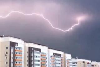 Молнию сняли на видео