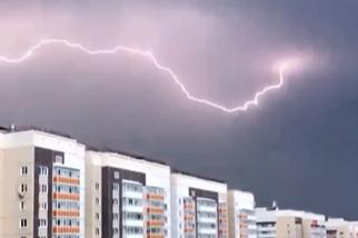 В Красноярске первая в этом году гроза и штормовой ветер