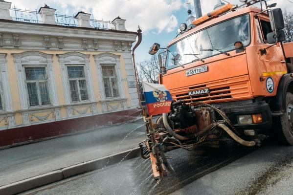 """В качестве обоснования закупки без конкурсной процедуры чиновники ссылаются на обстоятельства непреодолимой силы. На обработку улиц Тюмени в мае из бюджета города ушло 25 миллионов рублей (это на четыре миллиона больше, чем <a href=""""https://72.ru/text/gorod/69074809/"""" target=""""_blank"""" class=""""_"""">в прошлый раз</a>)"""