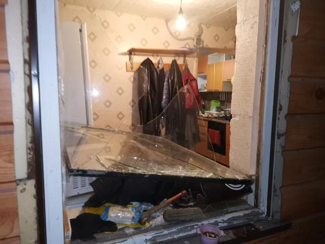 Во время драки в доме выбили стекло