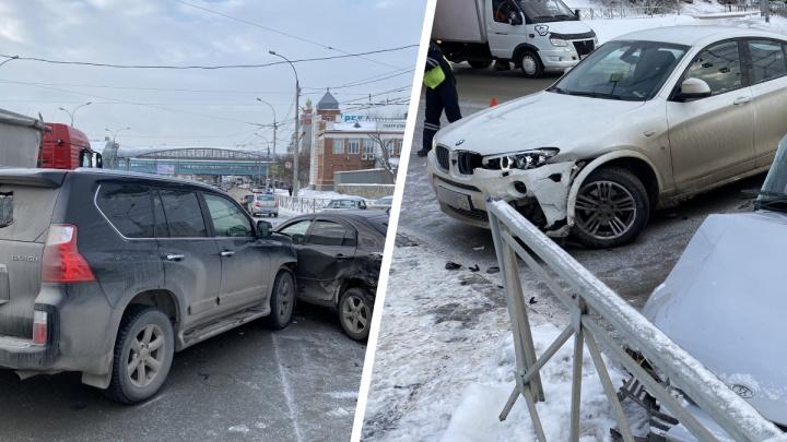 Около Речного вокзала столкнулись четыре автомобиля — «Лексус», BMW X4, «Мазда» и «Лада»