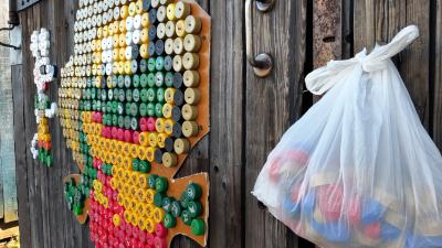 «Чтобы люди радовались!» Как жительница Кегострова украшает двор с помощью пластиковых пробок