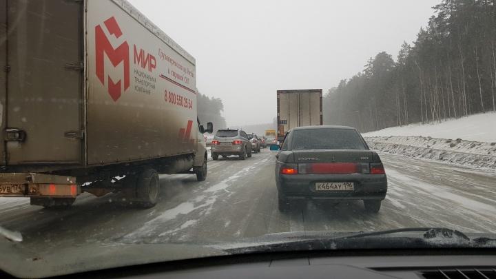 Екатеринбуржцы возвращаются в город после выходных: Пермский и Челябинский тракты встали в пробки