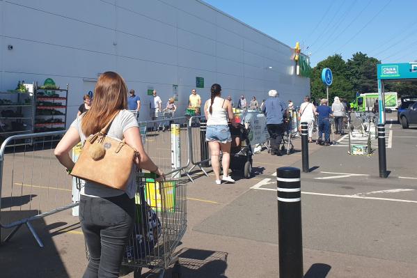 Такие очереди выстраиваются у супермаркетов Лондона, все соблюдают дистанцию