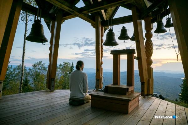 Звонница и храм находятся высоко на горе, у подножия которой и расположен Город Солнца