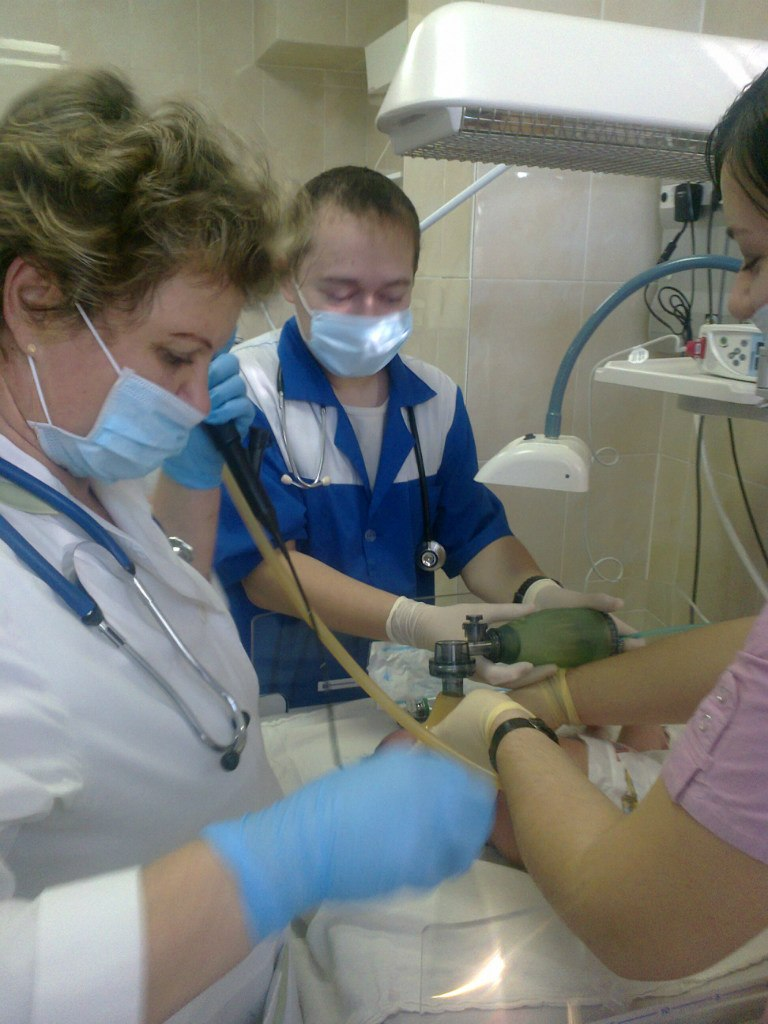 Врач готовит пациента к операции
