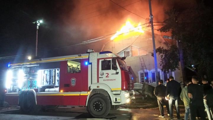 Несколько улиц на ВИЗе заволокло едким дымом: в Цыганском поселке загорелся двухэтажный дом