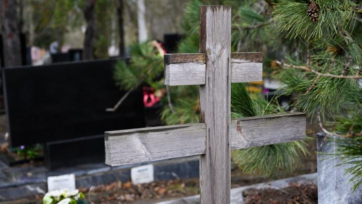 Закрытый гроб, минимум родных: власти рассказали, как хоронят жертв коронавируса