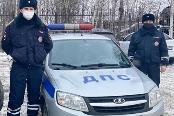 Свердловские инспекторы пришли на помощь водителю, застрявшему на трассе