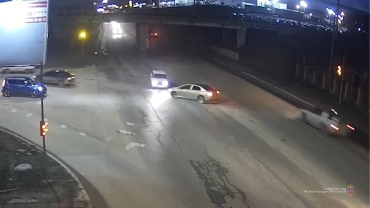 Решил проскочить: в Волгограде иномарка на перекрестке протаранила «Ладу»