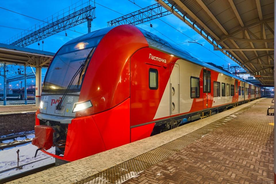 Поезд «Ласточка» запущен в ноябре 2020 года. От Челябинска до Магнитогорска с остановками в Троицке, Тамерлане и Карталах доезжает за 4 часа 20 минут. Это плюс-минус сопоставимо со временем поездки на автомобиле, но безопаснее. Максимальная скорость — 140 км/ч