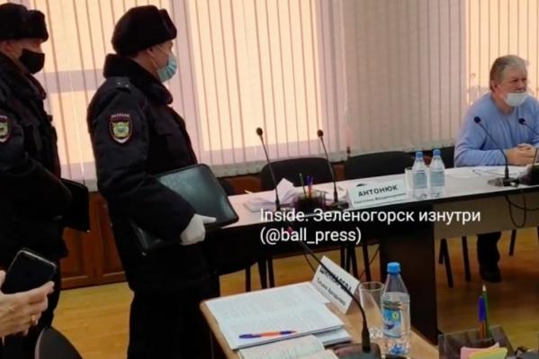 Наряд полиции был вызван прямо в зал заседания