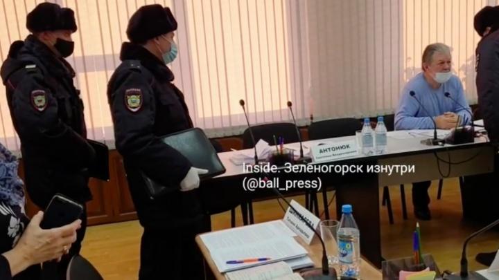 Глава Зеленогорска вызвал полицию депутату, отказавшемуся надеть маску на заседании