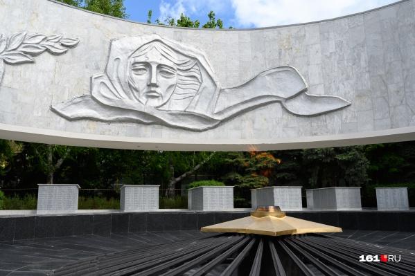 Мемориальный комплекс «Павшим воинам» расположен в сквере Фрунзе на площади Карла Маркса. Он был открыт в 1969 году. Здесь в братской могиле захороненыболее 300 советских воинов и мирных жителей, погибших во время оккупации и в боях за Ростов