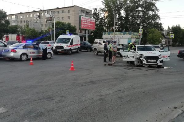 В аварии пострадали три пассажира такси