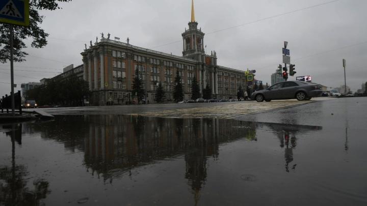 Почему дожди заливают Екатеринбург? Чистим ливневую канализацию в прямом эфире