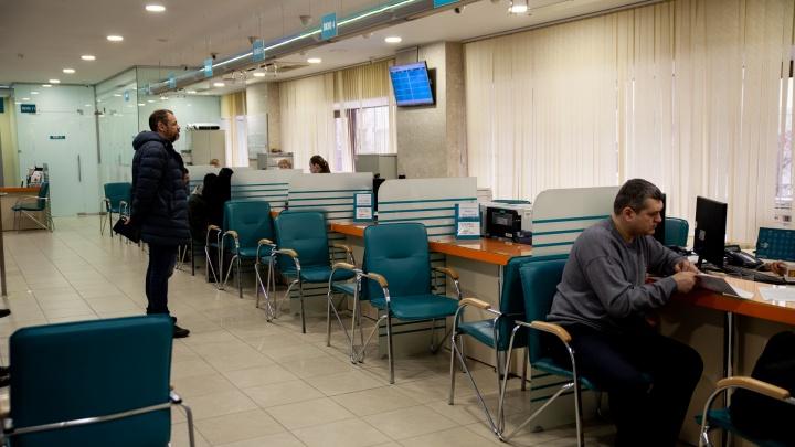 Меняют всё на валюту или игнорируют обвал рубля? Что происходит в банках Тюмени