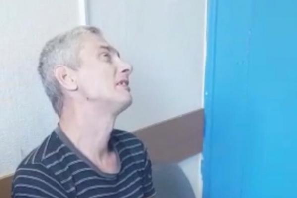 Отец, убивший свою дочь, сидит на допросе