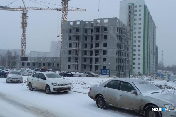 """Строительство двух «свечек» идет на месте парковки для жителей бело-зеленой <nobr class=""""_"""">17-этажки</nobr>"""