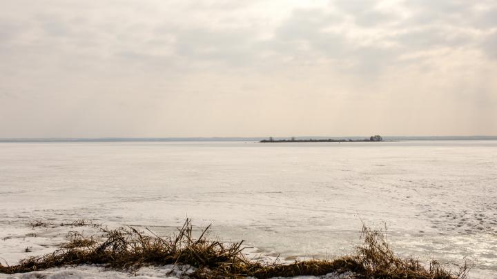 В Ярославской области оторвалась льдина с 10 рыбаками: первые подробности