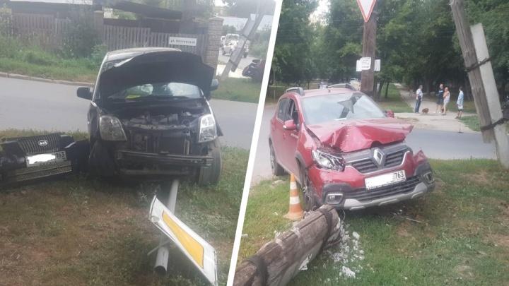 Снесли знак и столб: в Самаре столкнулись две иномарки