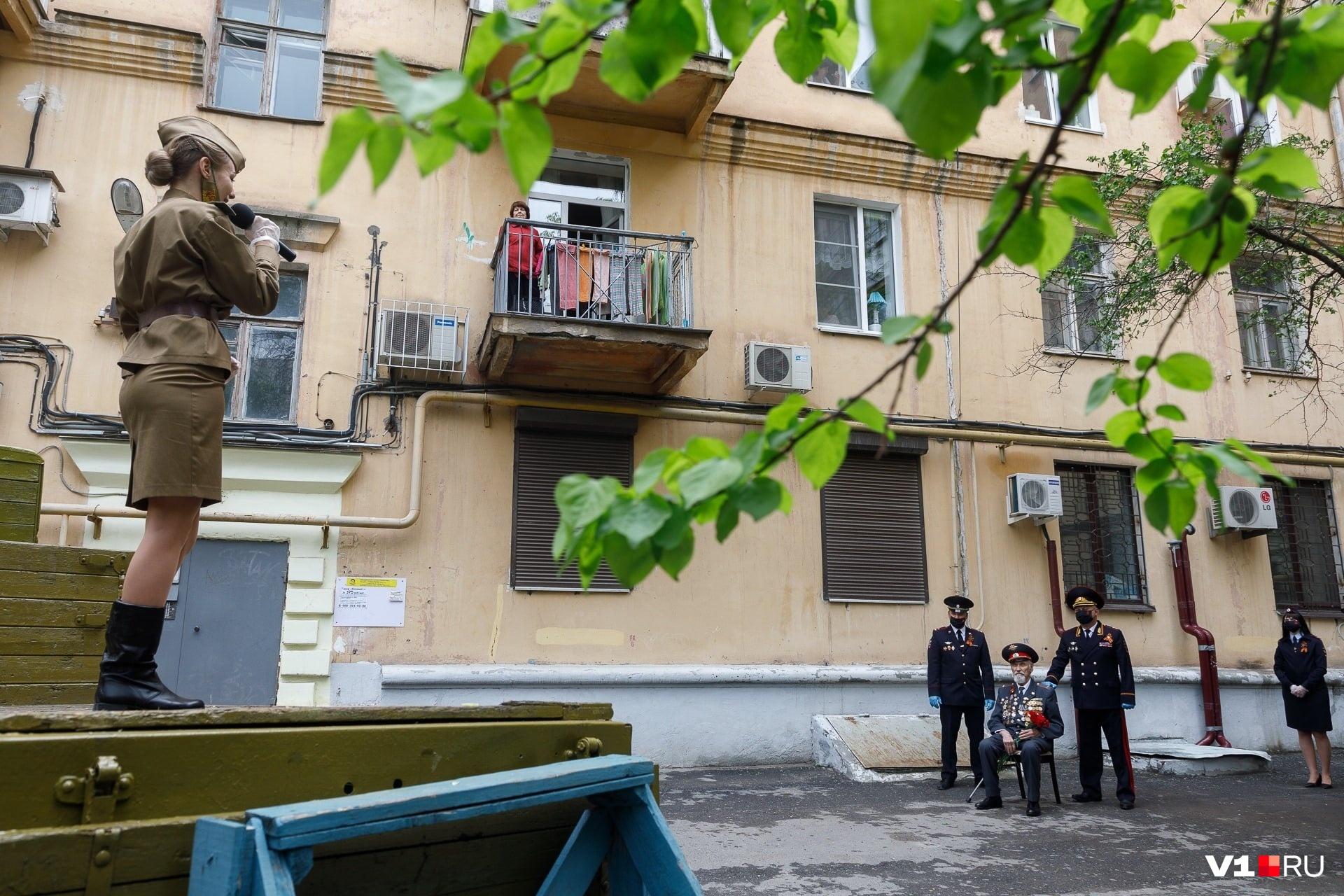 «Внимание! В вашем доме живет герой». С этих слов волгоградские полицейские начинали концерты под окнами ветеранов, оставшихся на День Победы в самоизоляции. Максимум, что они могли себе позволить в день, — выйти из подъезда навстречу артистам