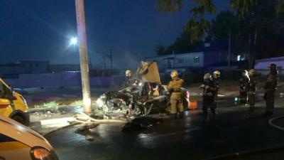 На Сортировке Lada Granta на всей скорости врезалась в столб, водитель погиб