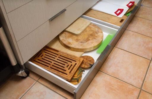 На долгое хранение можно убрать, например, посуду для особых случаев, предварительно упаковав ее, допустим, в пищевую пленку. Для этого достаточно убрать нижнюю планку, сложить вещи и снова установить планку на место