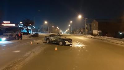 Новосибирец врезался в столб и припаркованный «Жигули» на Немировича-Данченко
