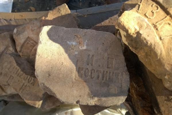 Из этих кирпичей была сложена сама усадьба Аксаковых