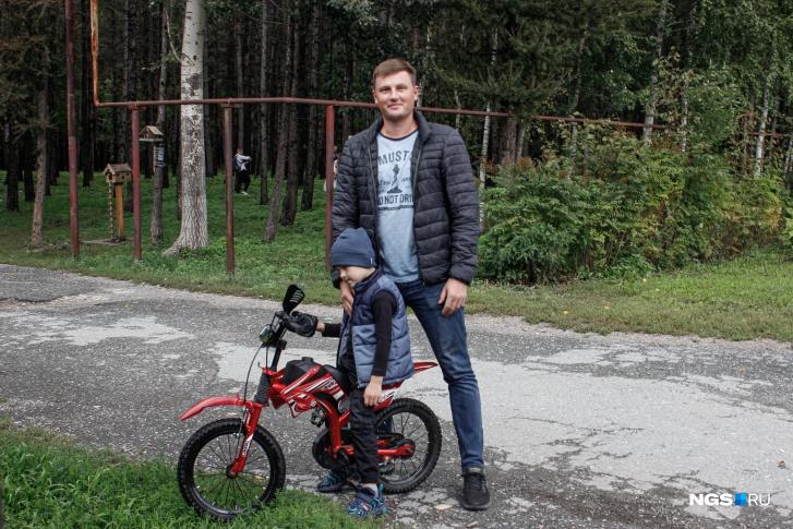 За лицензией Александр приехал вместе с сыном