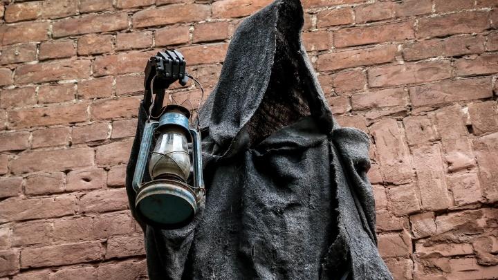Не дементор, а светильник: призрак поселился в стене на улице Рождественской